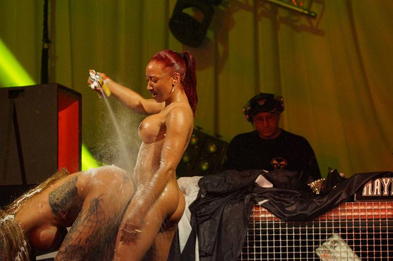 Брюнетка обнажилась на сцене певицы видео полнометражное порно